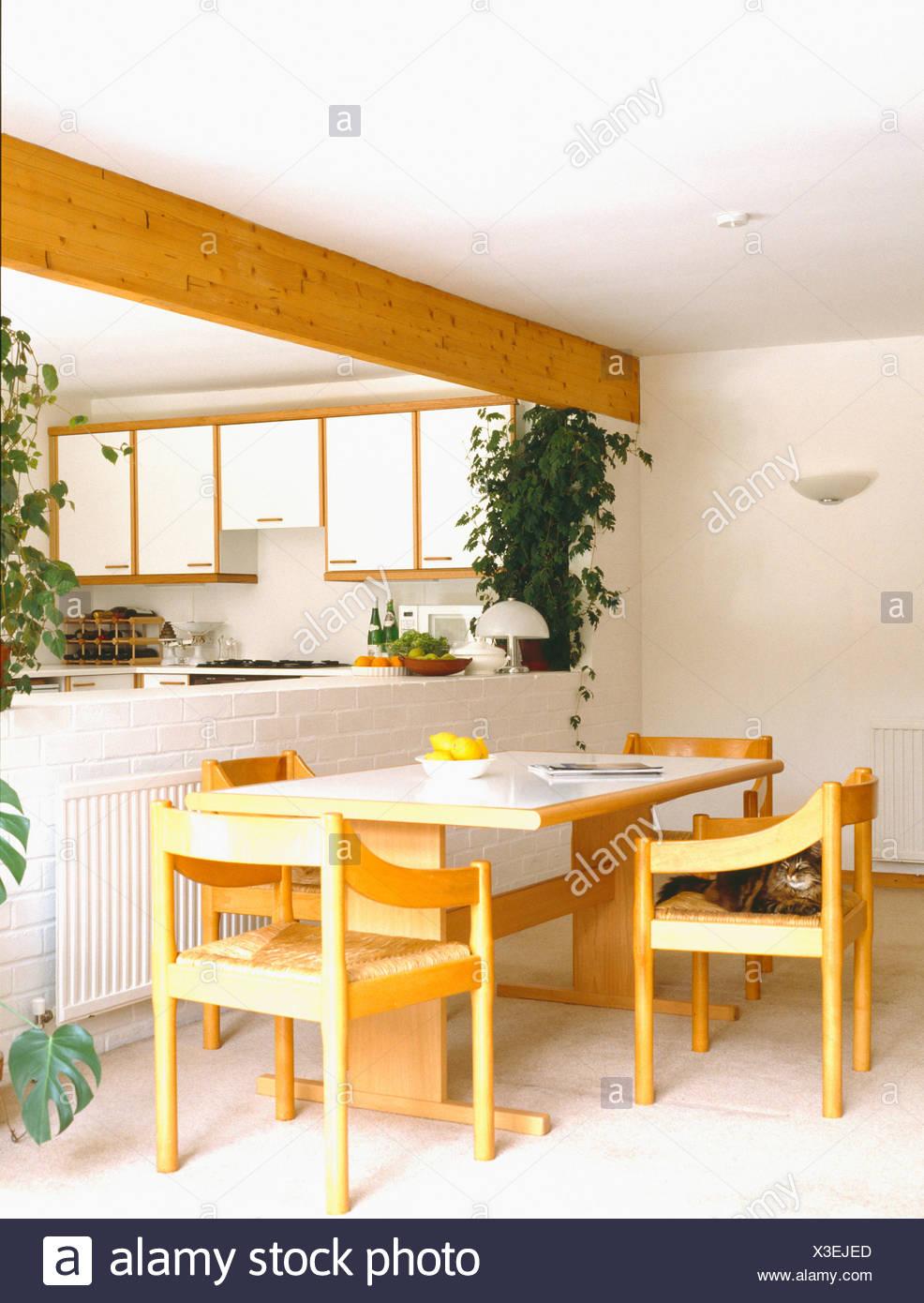 Formica Gekront Tisch Und Holzstuhle Mit Rush Sitzen In Offene