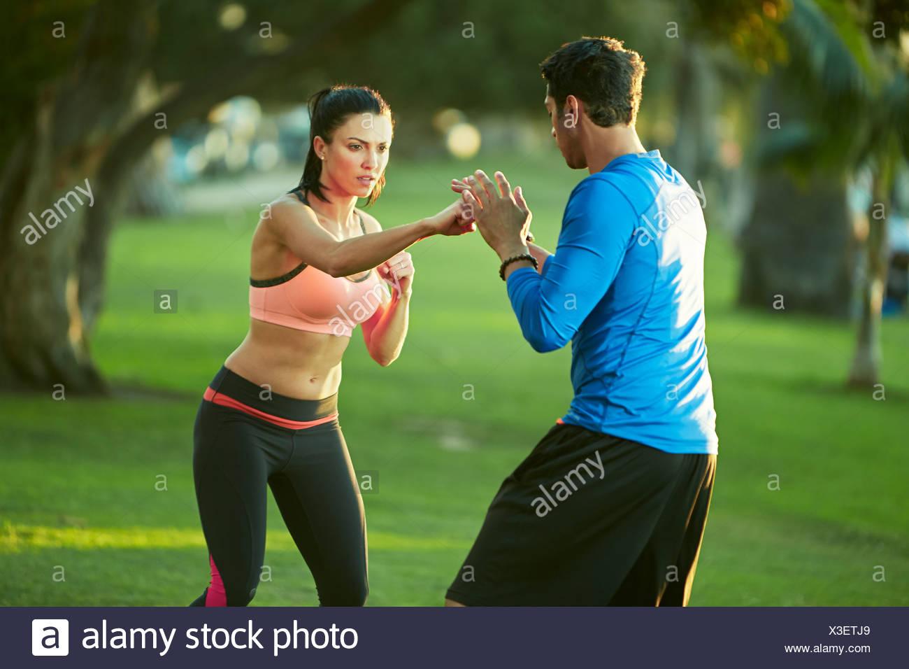 Mann und Frau im Park Boxen Stockbild