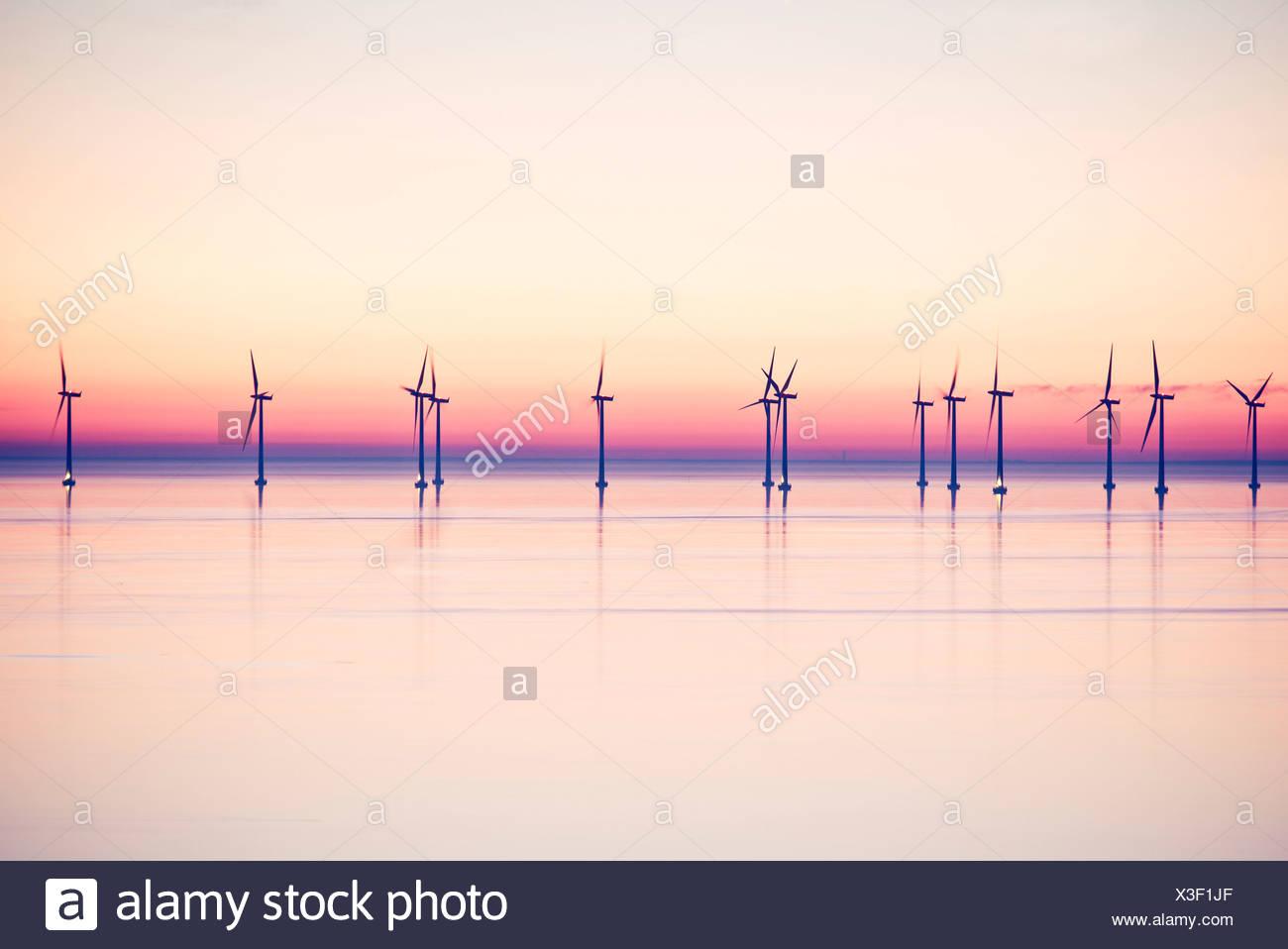 Windkraftanlagen Sie auf See Abend Stockbild