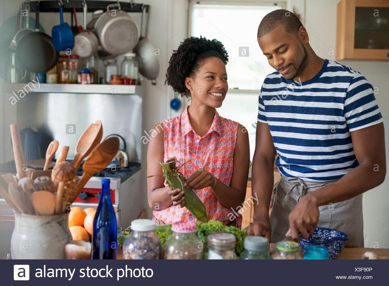 Lebensstil. Zwei Personen arbeiten in einer Landhausküche. Stockbild
