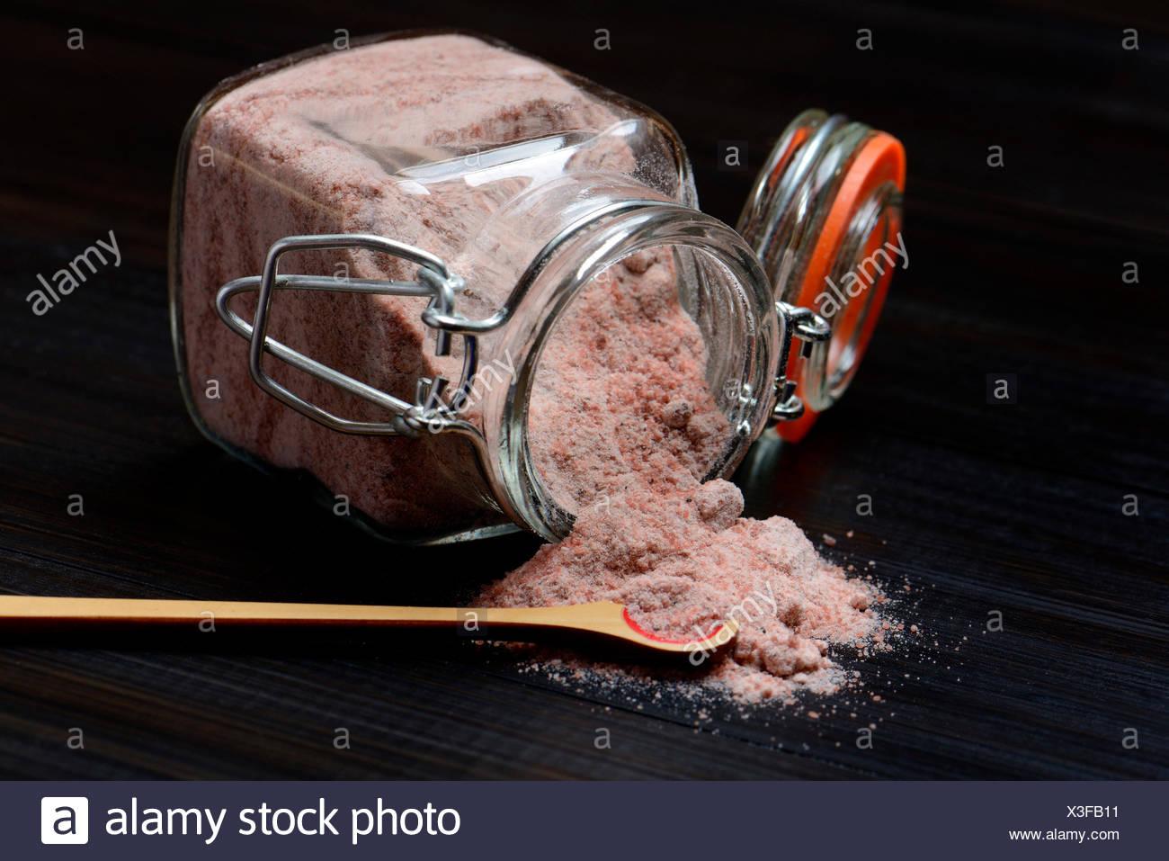Kala Namak, Gemahlenes Salz in Glasbehaelter Und Loeffelchen, Indisches Salz, Schwarzsalz, Schwarzes Salz, Indien Stockbild