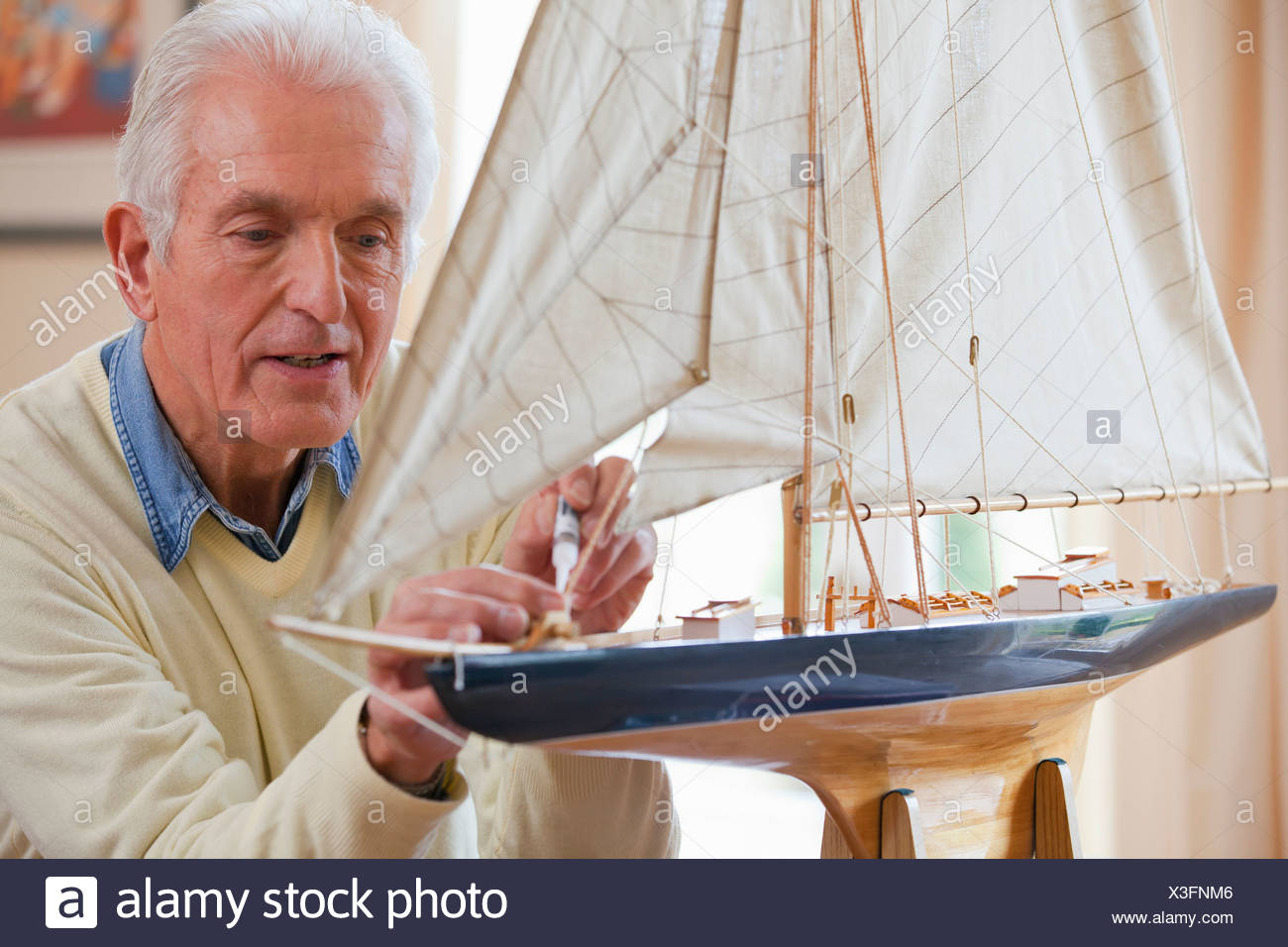 Senior Woman Modell Segelboot Kleber zuweisen Stockbild