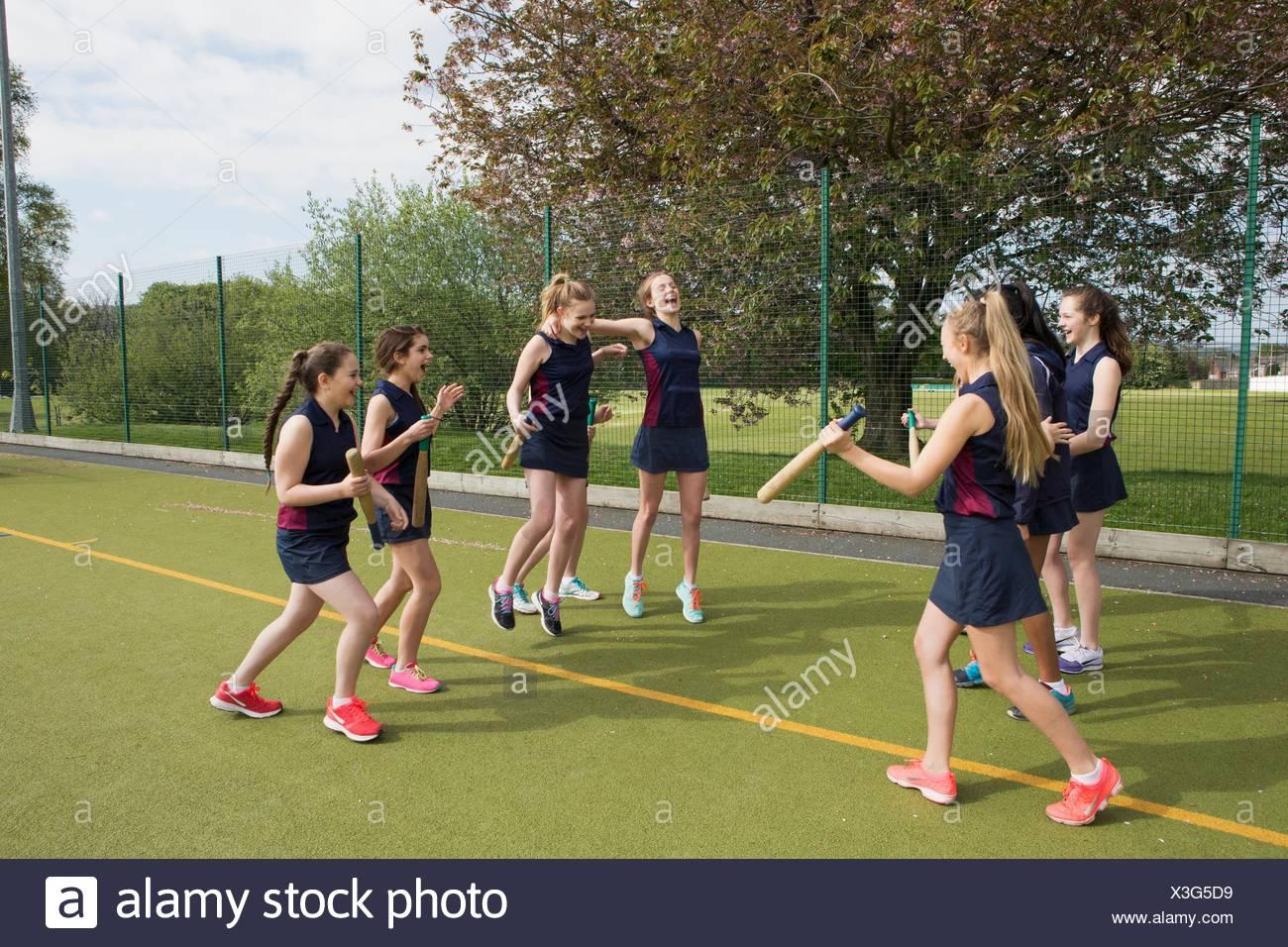 Gruppe von Mädchen am Sportplatz mit Rounders Fledermäuse Stockbild