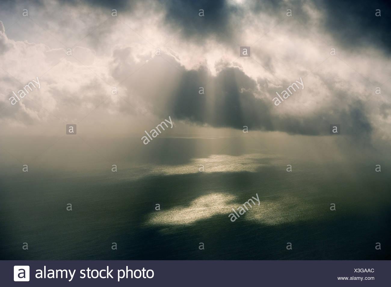 Strahlen der Sonne durch einen Sturm, Türken und Caicos Inseln, Karibik, UK Stockbild