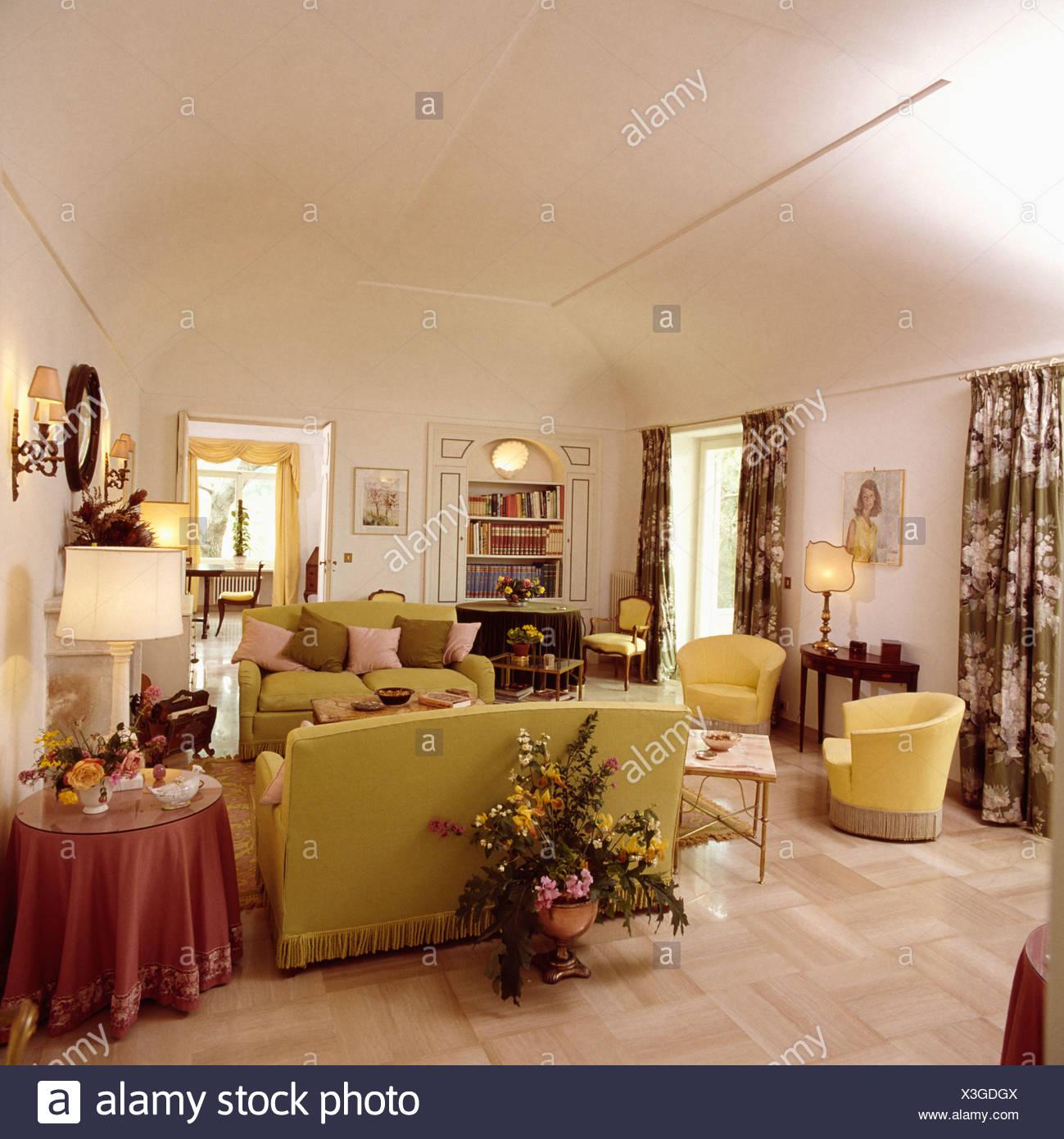 Großen Blumengesteck hinter Sofa im Wohnzimmer weiße 80er Jahre ...