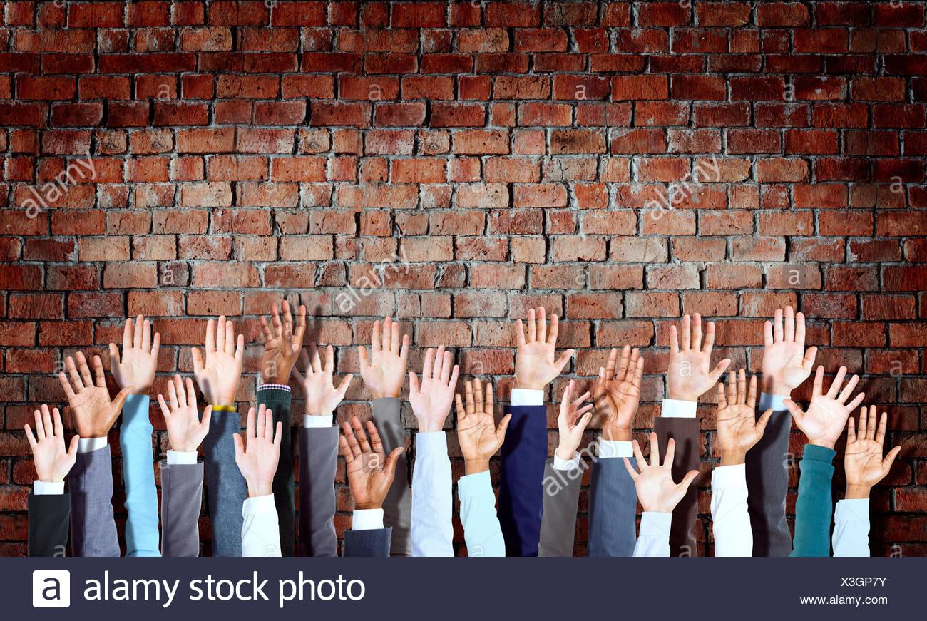 Gruppe von vielfältigen geschäftlichen Handzeichen auf Ziegelmauer Stockbild