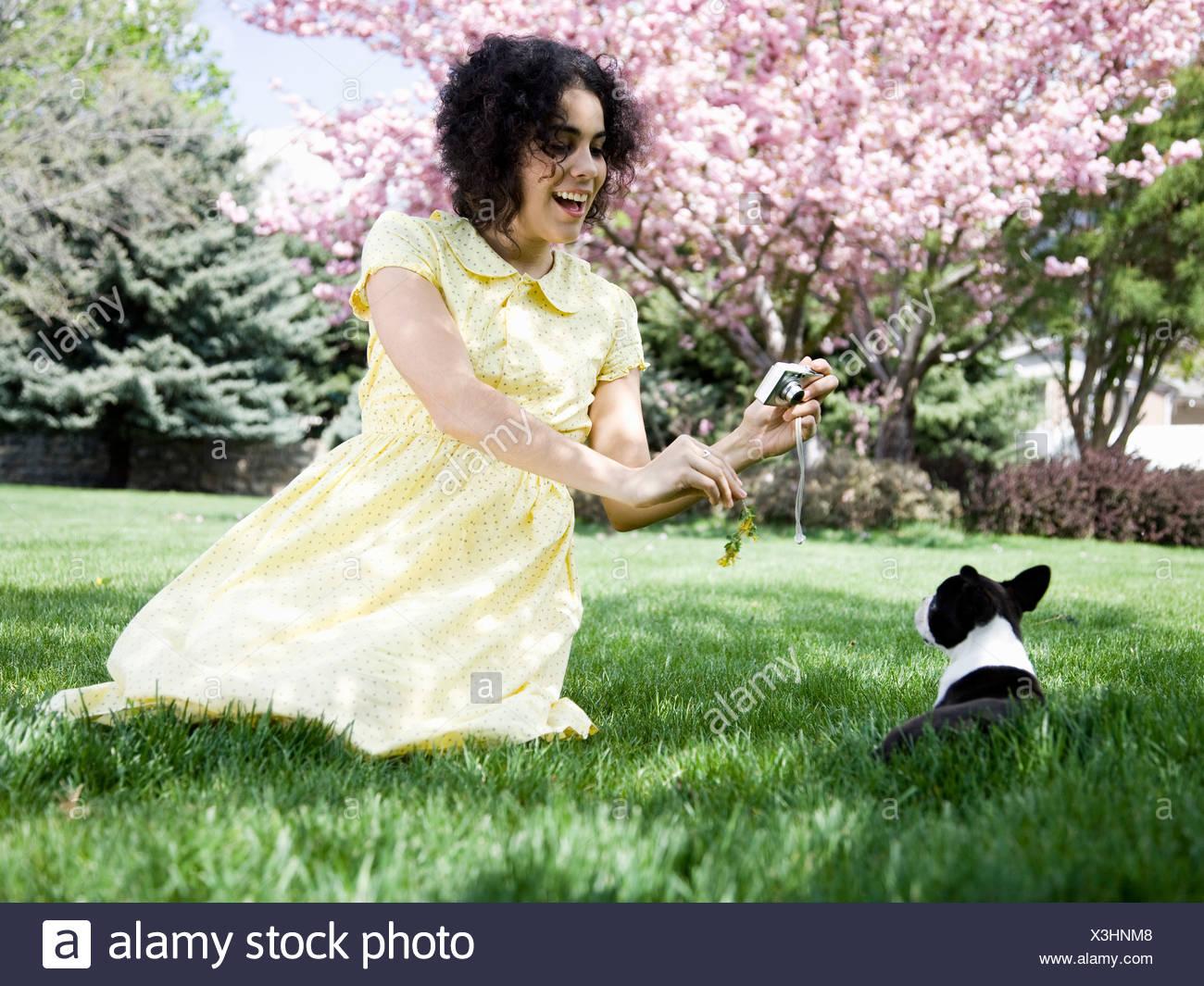 Frau in einem gelben Kleid fotografieren Stockbild