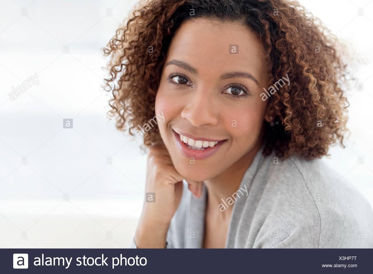 Portrait von Mitte der erwachsenen Frau lächelnd. Stockfoto