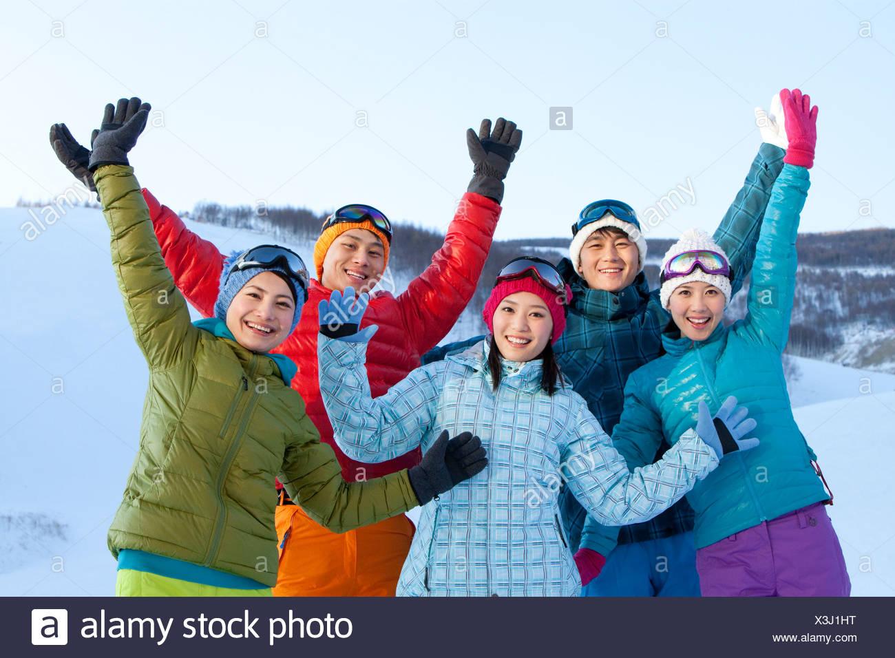 Junge Menschen im Skigebiet Stockbild