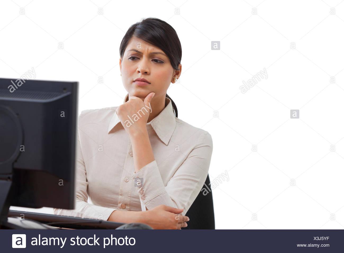 Geschäftsfrau Bildschirm betrachten, mit Konzentration Stockbild