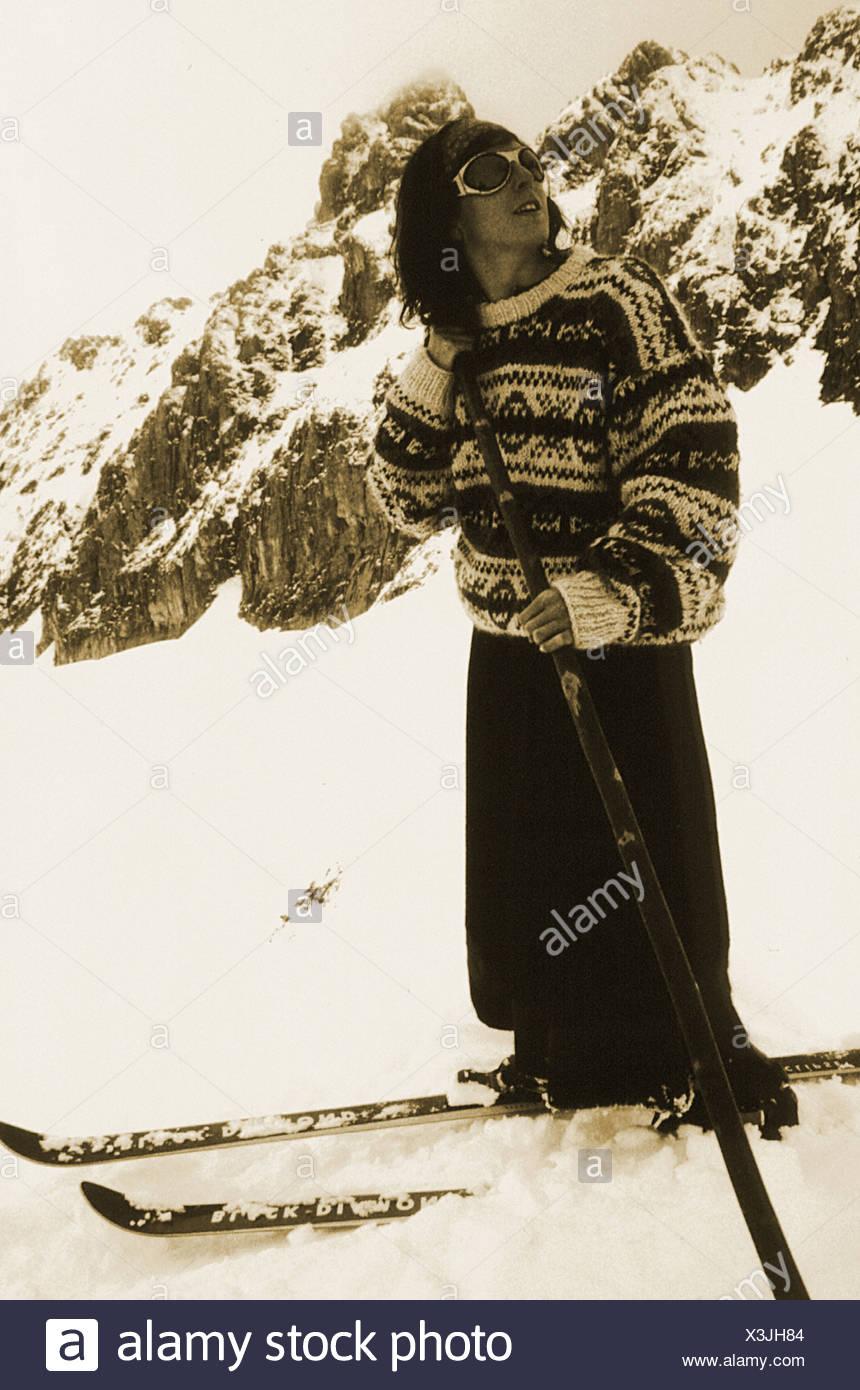 frau im alten stil kleidung alte skier telemark stockfoto bild 277618548 alamy. Black Bedroom Furniture Sets. Home Design Ideas