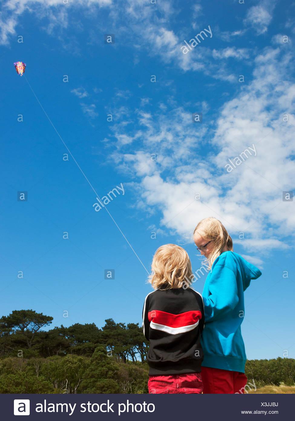 Schweden, Skane, Nyhamnslage, zwei Schwestern (6-7, 10-11) Drachen Stockbild