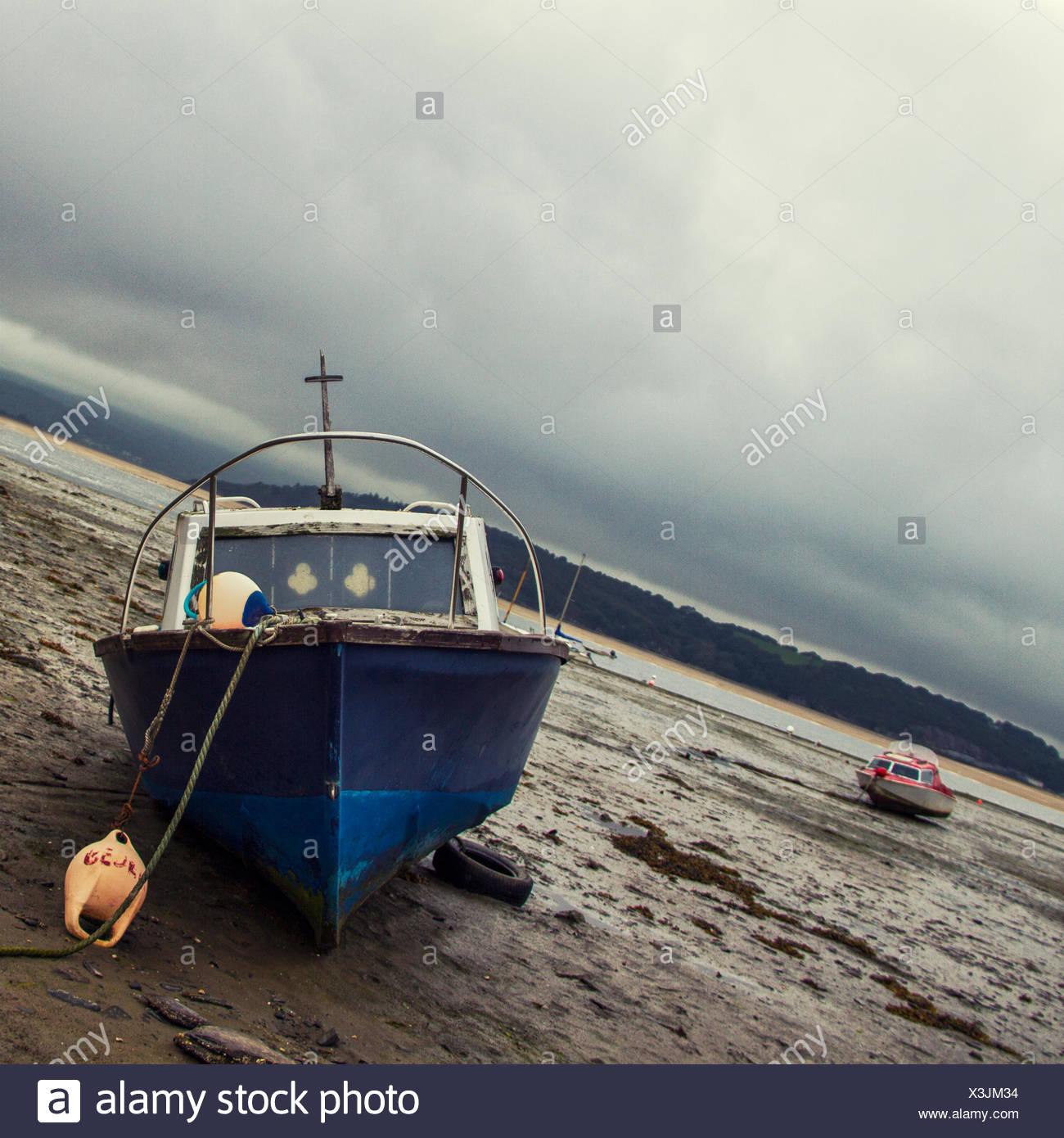Angelboot/Fischerboot am Strand bei Ebbe Stockbild