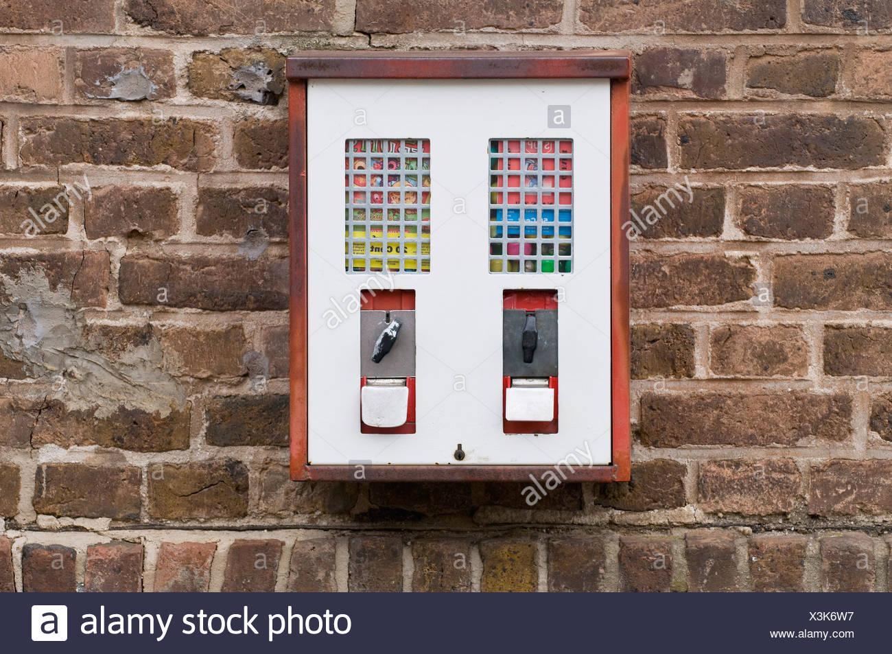 Spielzeug und Gumball Maschine auf einer alten Mauer Stockbild