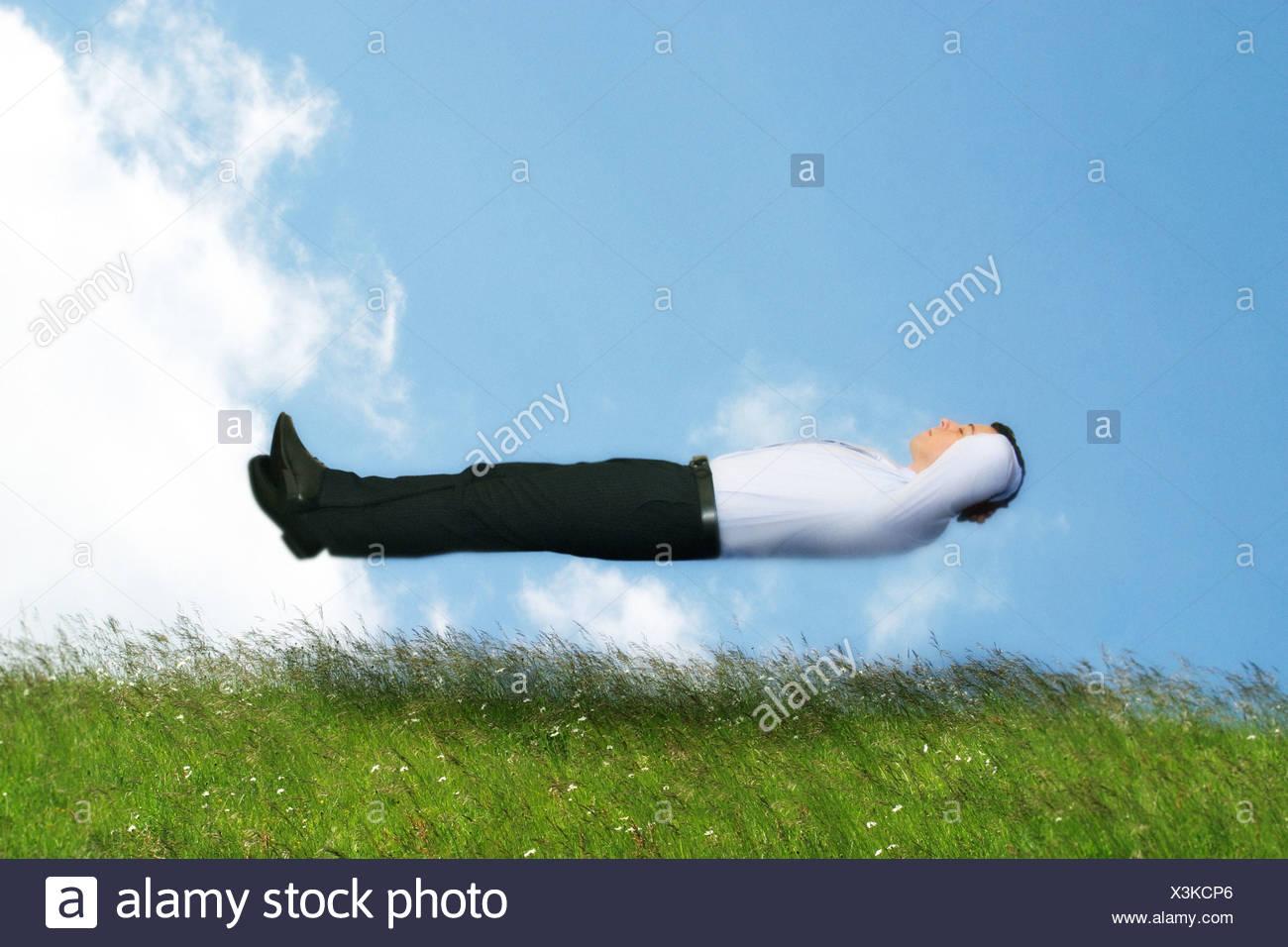 Mann in Hemd und Krawatte in der Luft schweben Stockbild