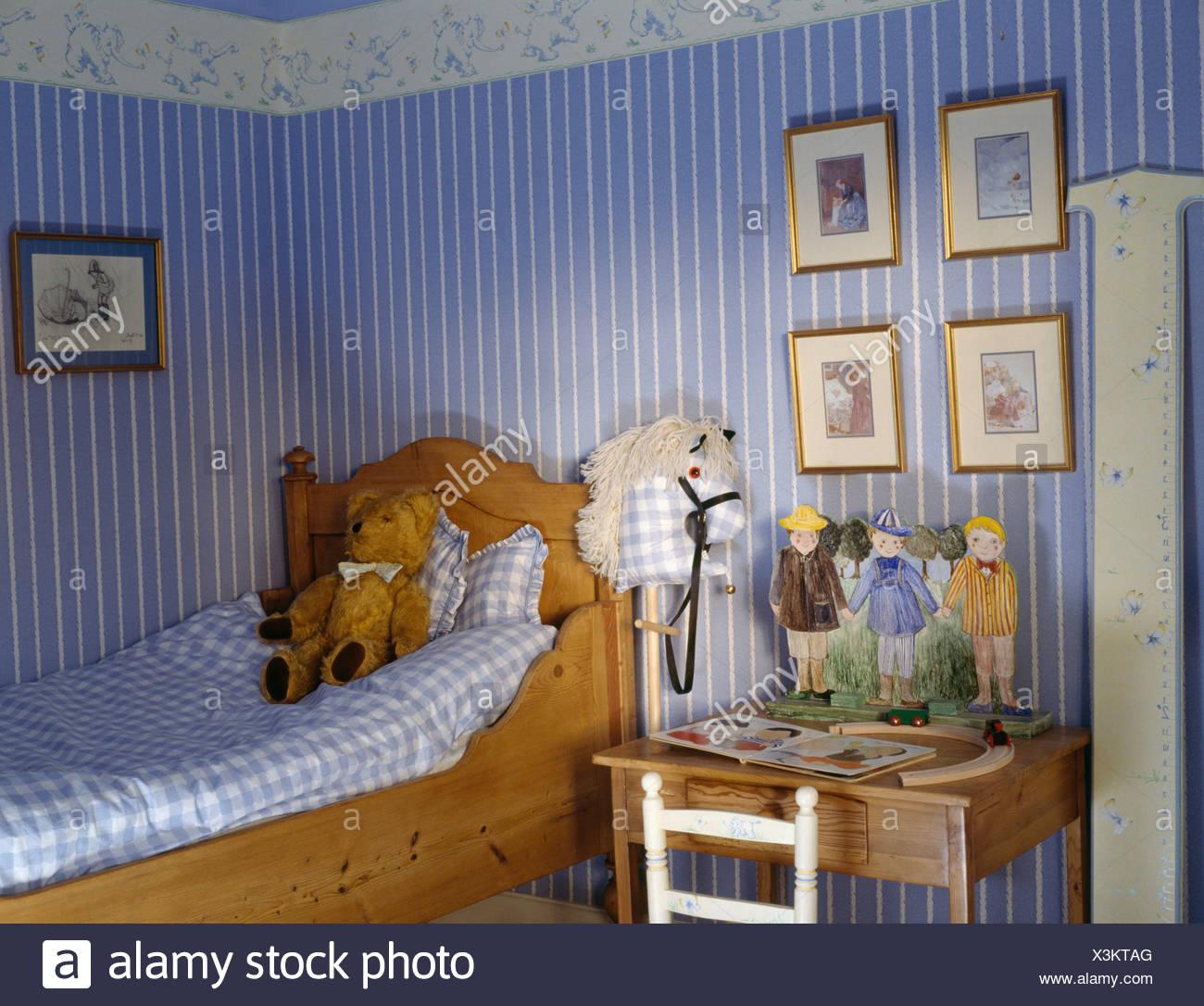 Blau Gestreifte Tapete Im Kinderzimmer Mit Blau Weiss Aufgegebenes
