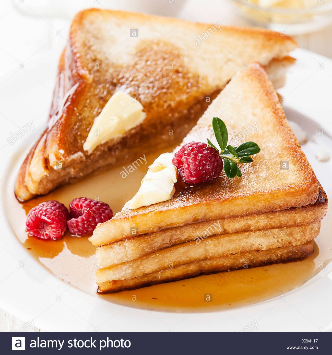 French Toast mit Himbeeren, Ahornsirup und butter Stockbild