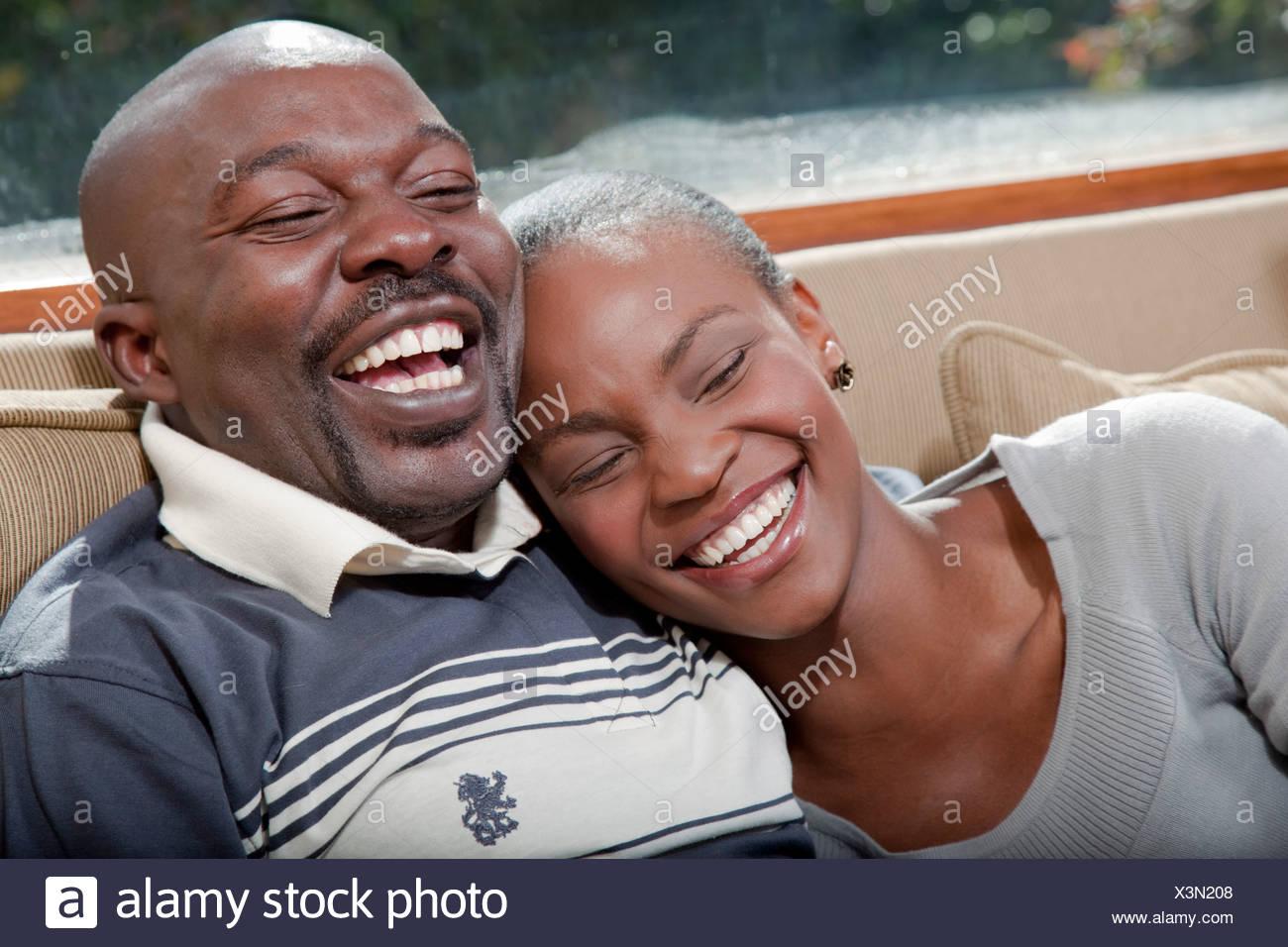 Paar auf Couch sitzen, Illovo Familie, Johannesburg, Südafrika. Stockbild