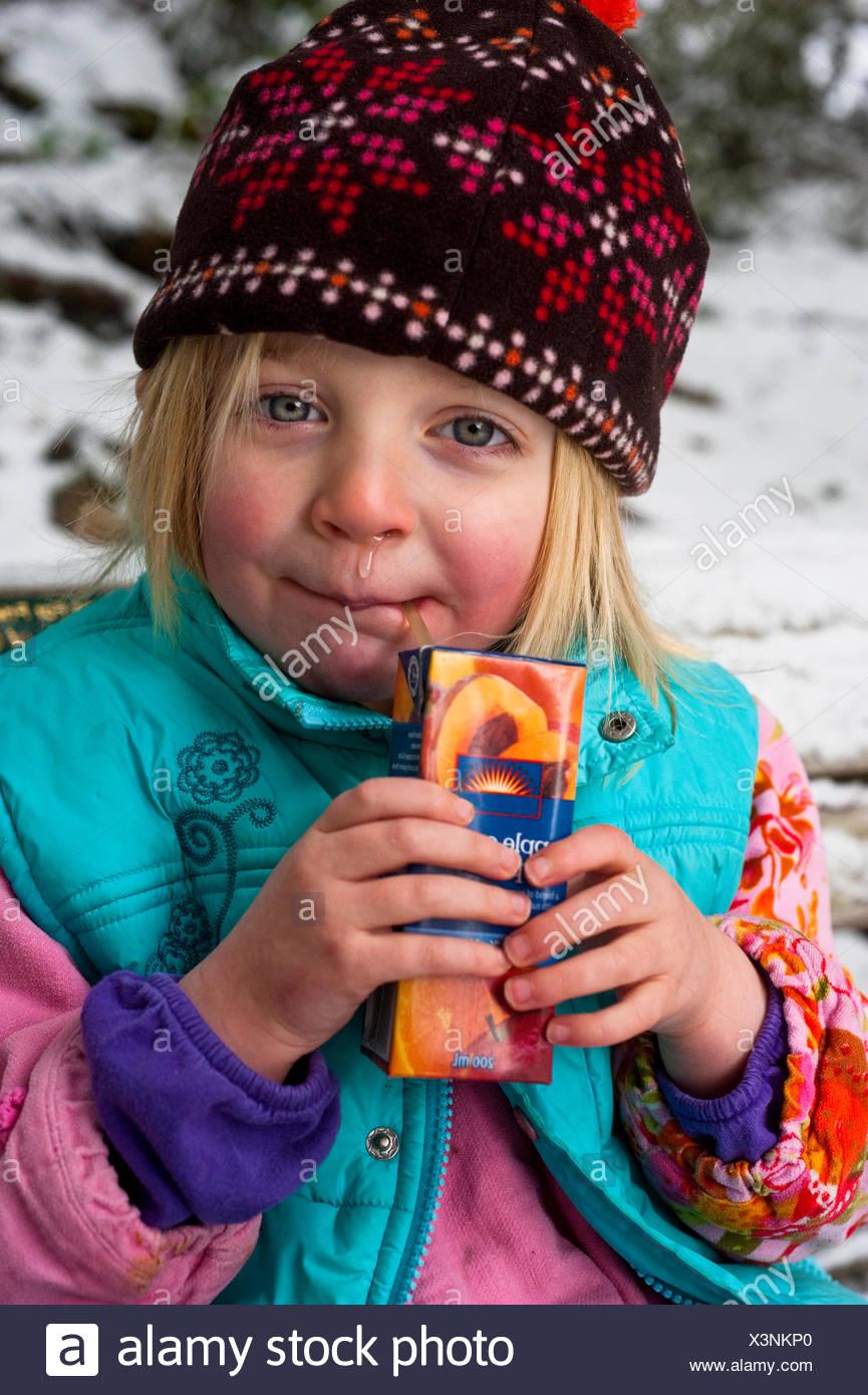Kaltes Wetter induzierte Rhinorrhoe im Vorschulalter Mädchen Stockbild