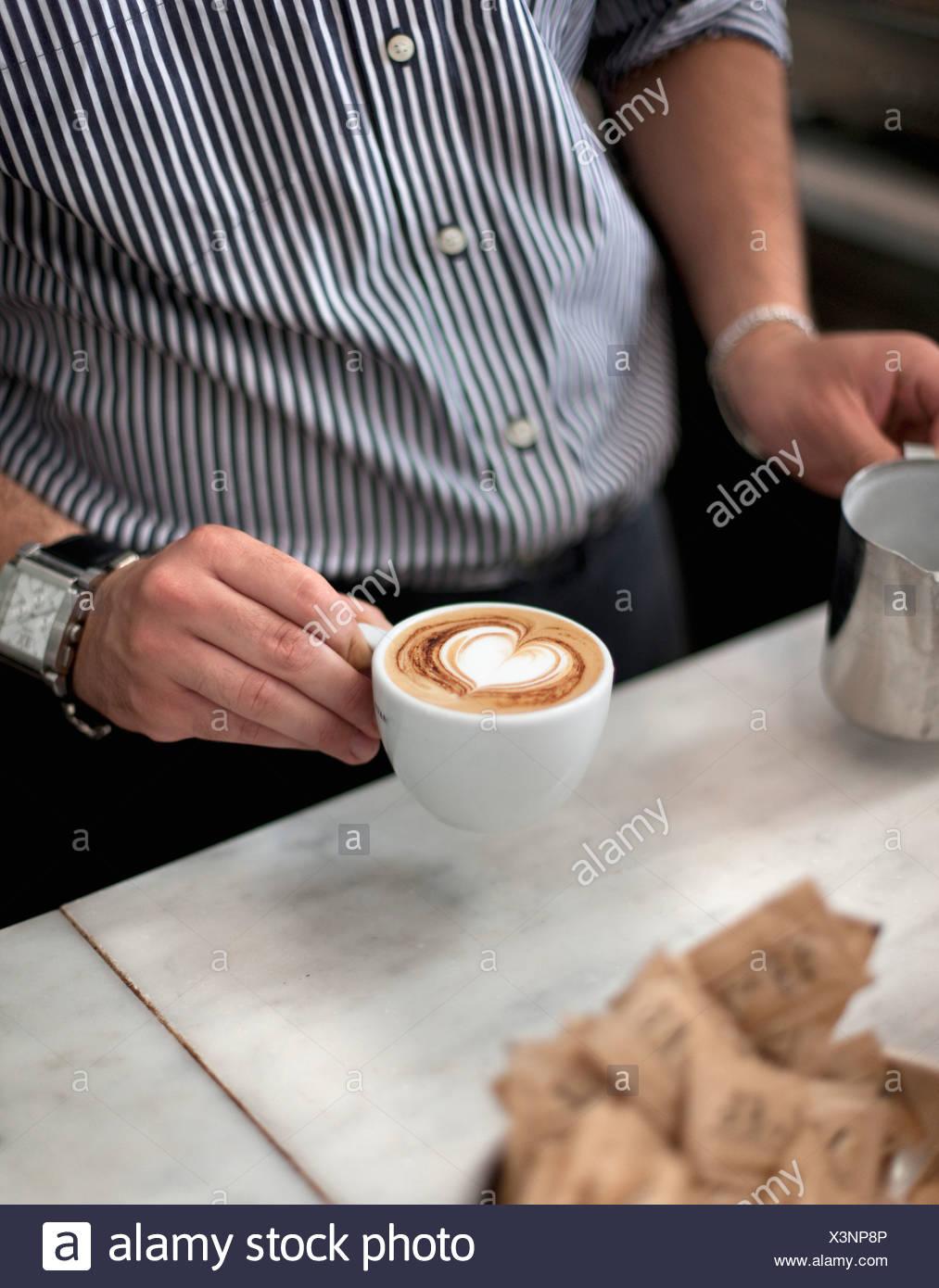 Kroatien, Zagreb, Barkeeper, die Zubereitung von Kaffee im café Stockbild