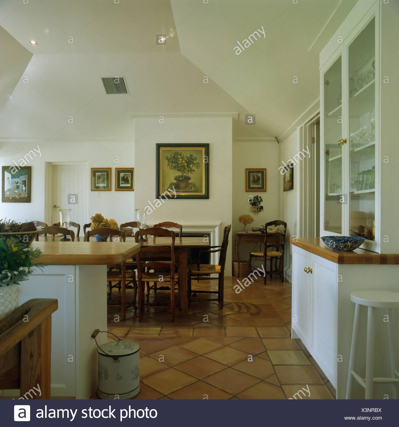 Geflieste Boden In Grossen Weissen Kuche Esszimmer Mit Antiken Stuhlen