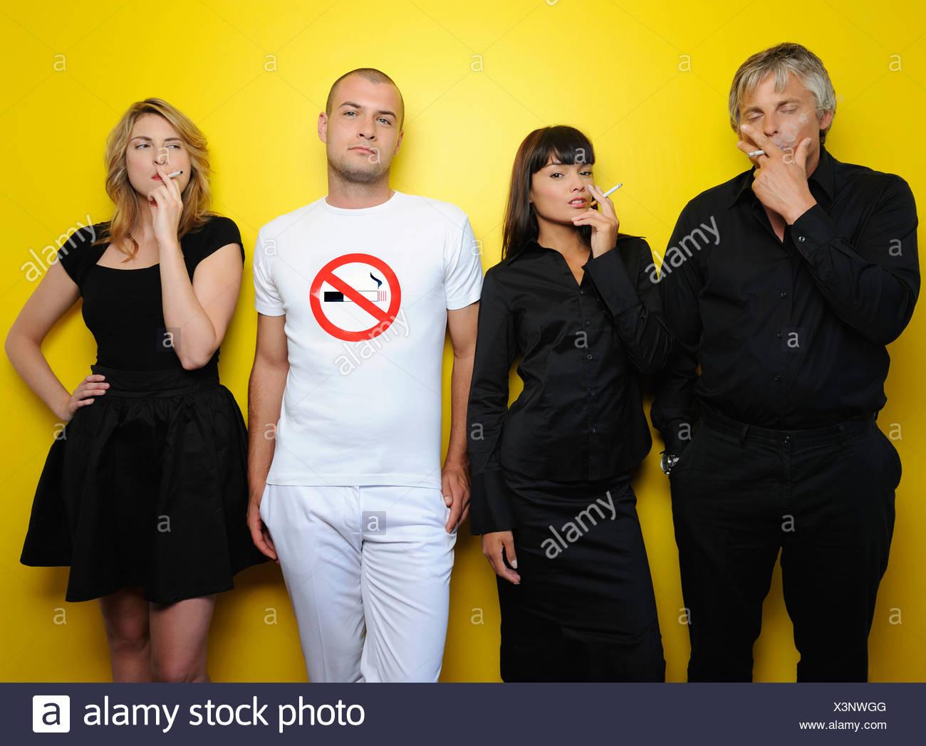 Umgeben von Raucher, Nichtraucher Studio gedreht Stockbild