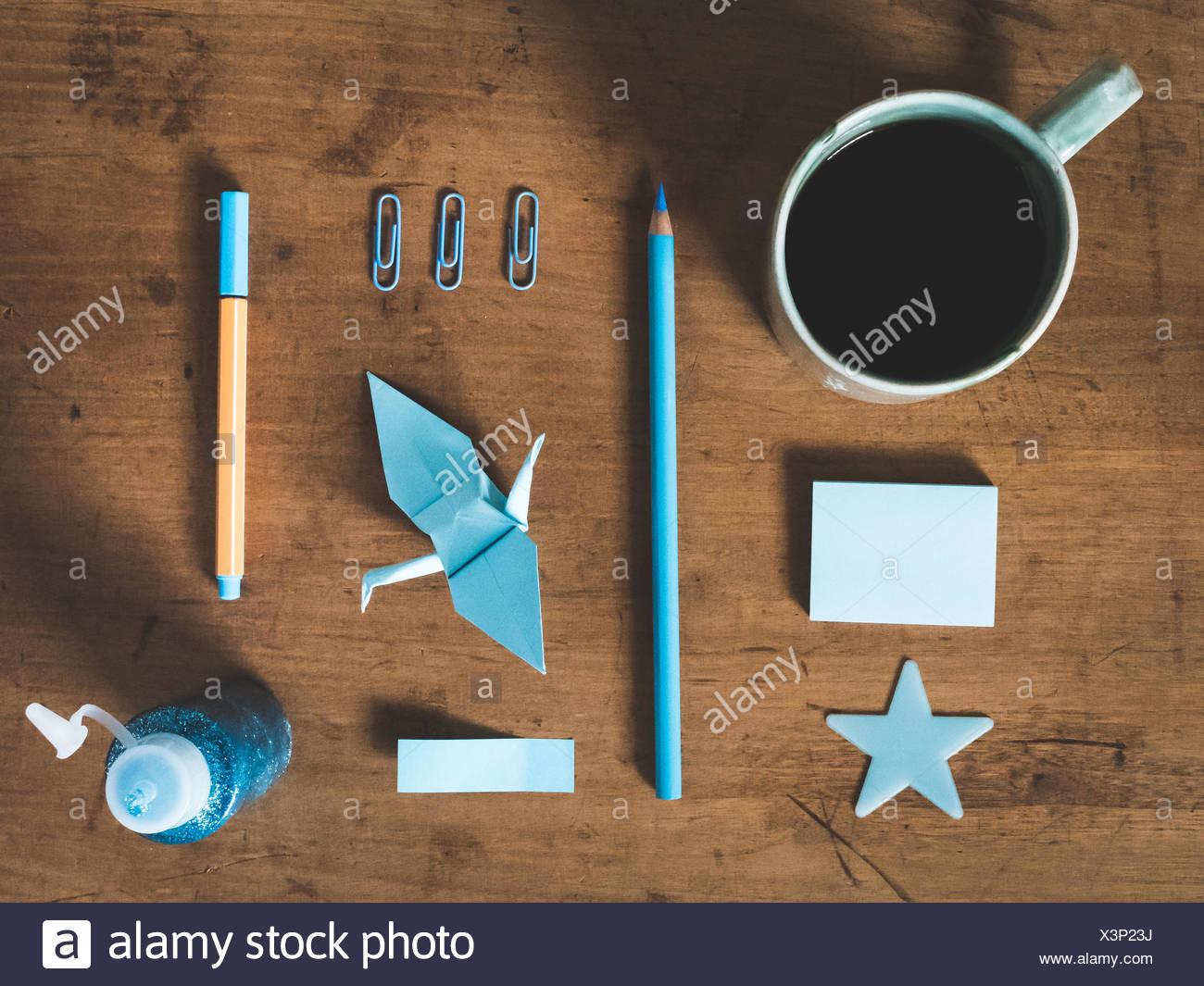 Direkt über dem Schuss von Ausrüstungen und Kaffeetasse auf Tisch Stockbild