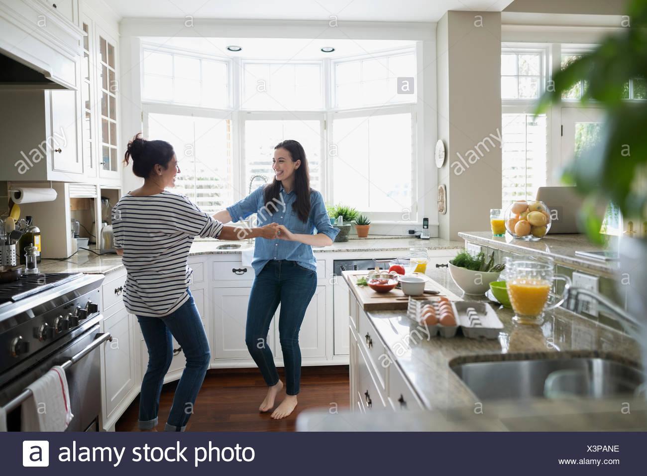 Mutter und Tochter tanzen in Küche Stockfoto, Bild: 277701242 - Alamy