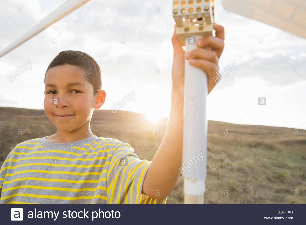 Porträt eines jungen, Wind Turbine Modell hält Stockbild