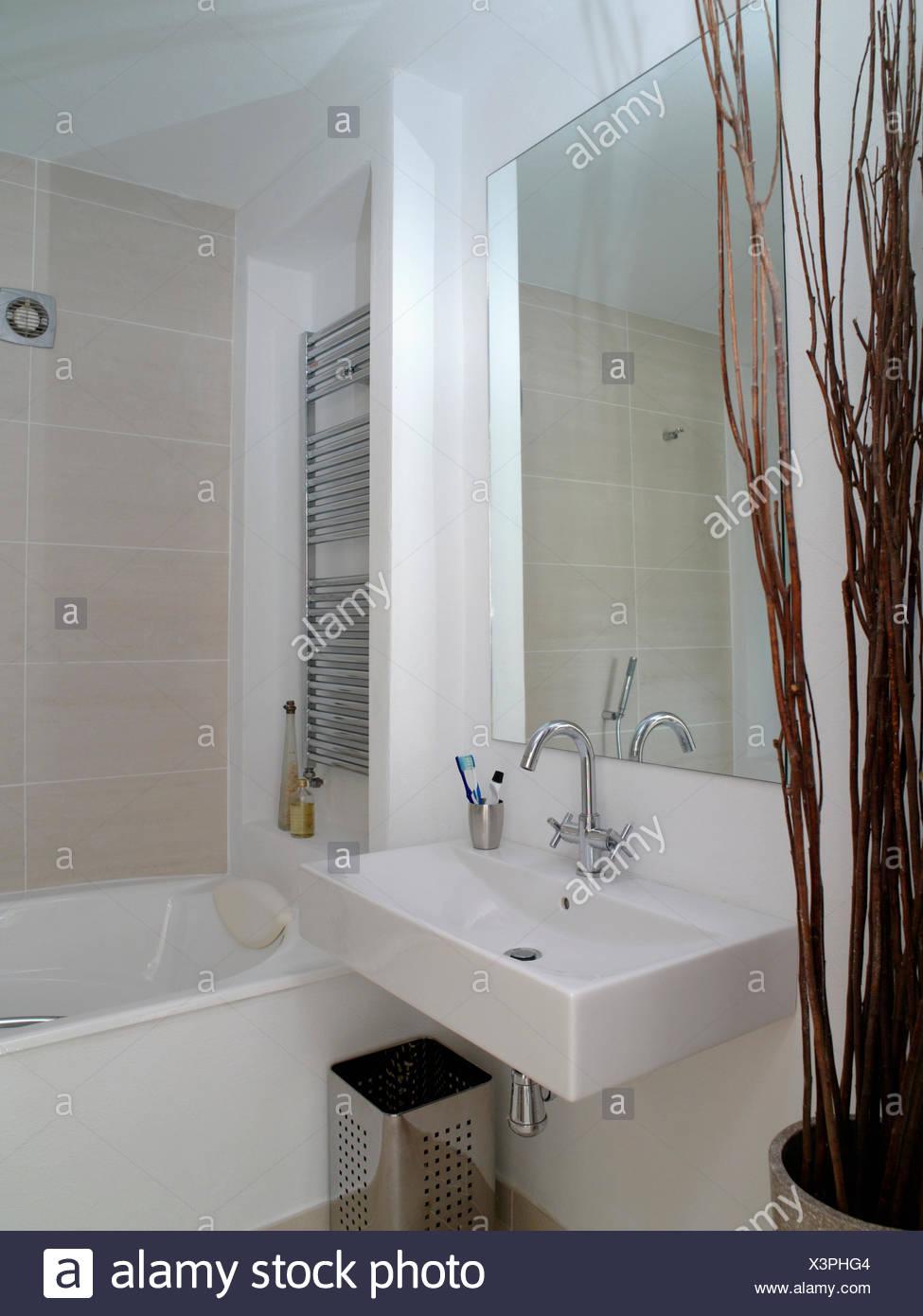 Große Spiegel über dem rechteckigen weißen Becken neben Bad im ...