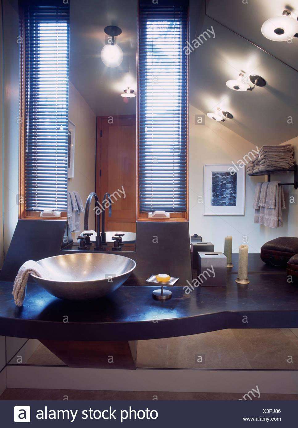 Scheibe leuchtet an Decke in modernen kalifornischen Badezimmer mit ...
