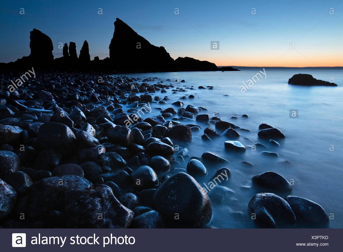 Wellen Waschen über Steinen in der Nähe von der markanten Felsformation am Cape Split, Bay Of Fundy in Nova Scotia, Stockbild