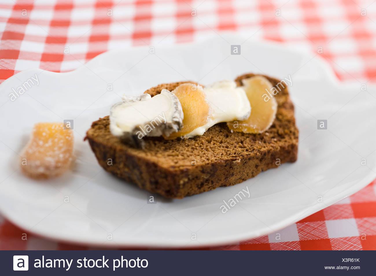 Lebkuchen mit Ziegenkäse und kandierter Ingwer in Scheiben Stockfoto