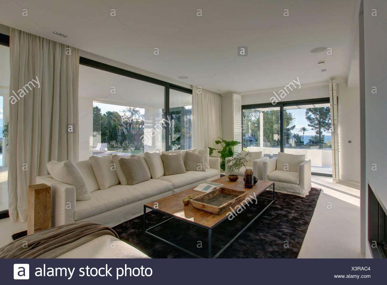 Grosse Weisse Sofa Mit Weissen Kissen Im Spanischen Wohnzimmer Mit Holz