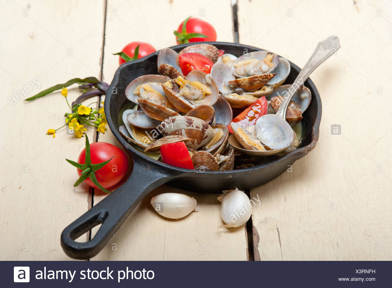frische Muscheln auf einer eisernen Pfanne Stockbild