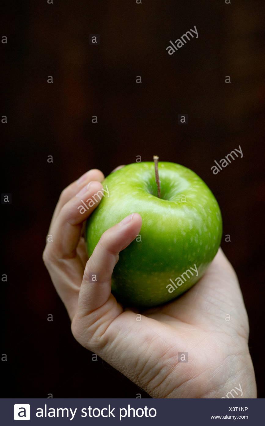 Hand halten Apfel Stockbild