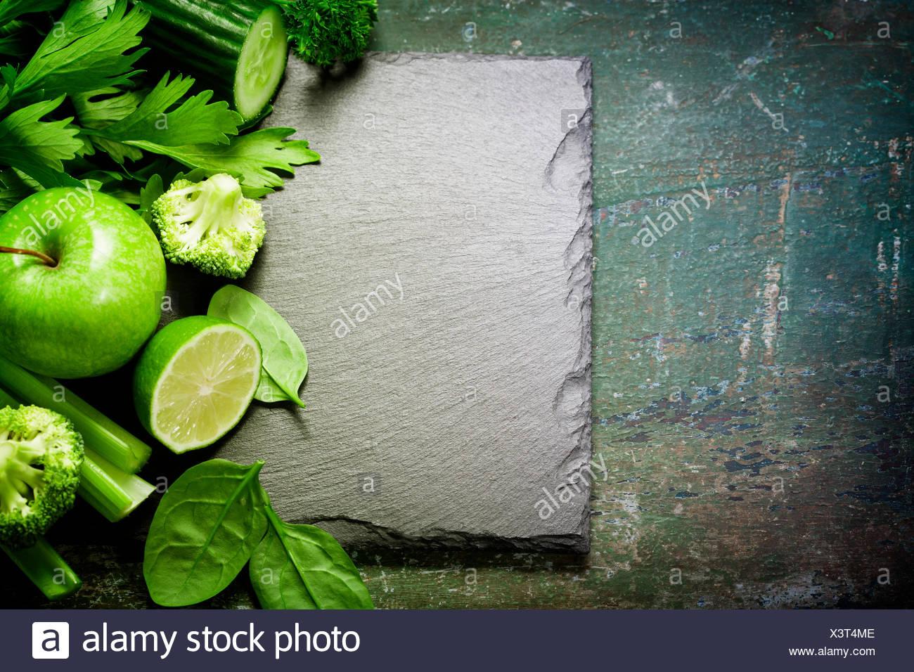 Frisches grünes Gemüse auf Vintage-Hintergrund - Entgiftung, Ernährung oder gesunde Ernährung Konzept Stockfoto
