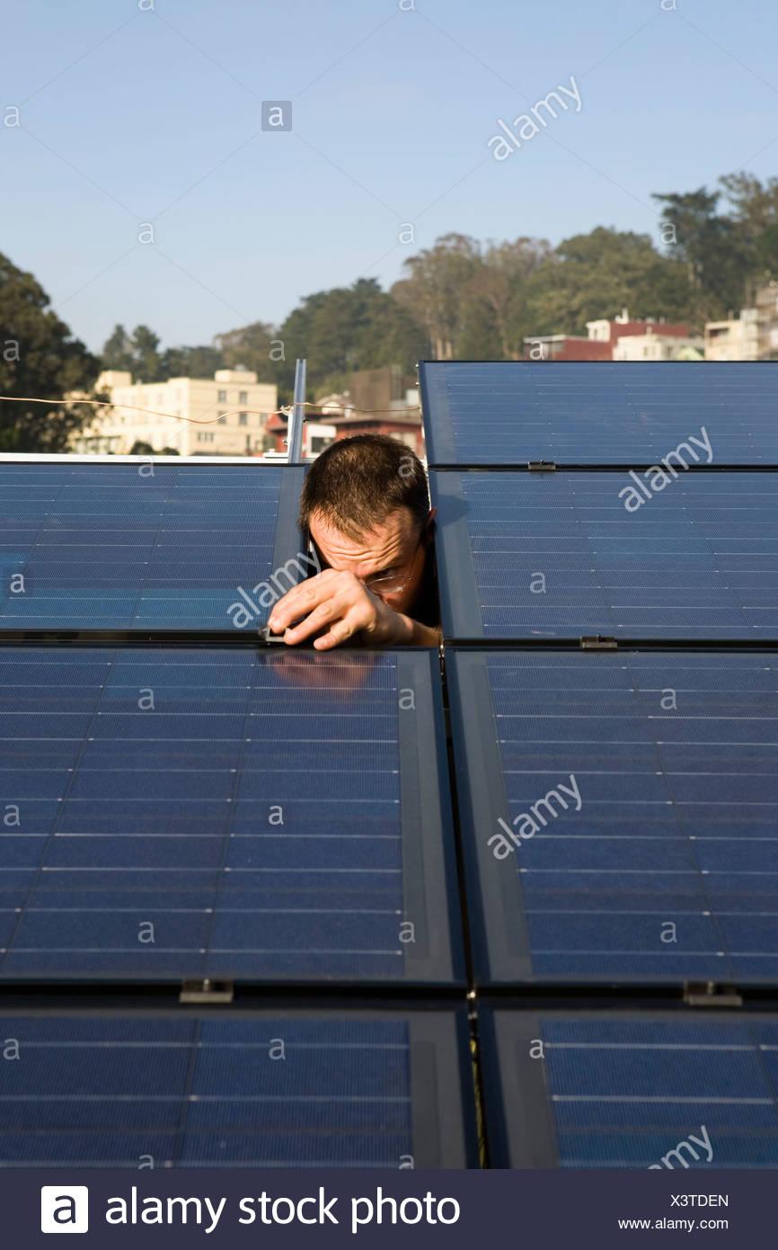 Residential Installation von Sonnenkollektoren Stockfoto