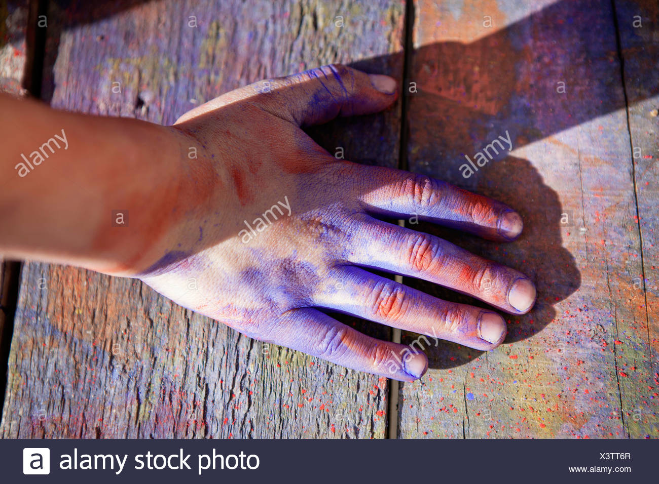 Deutschland, Nordrhein-Westfalen, Köln, menschliche hand mit Farbe bedeckt, Nahaufnahme Stockbild