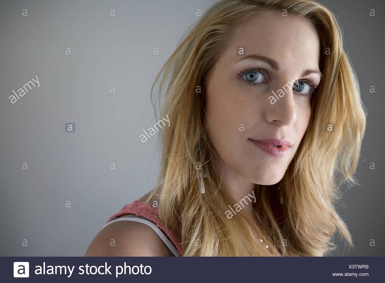 Porträt zuversichtlich blonde junge Frau Stockbild
