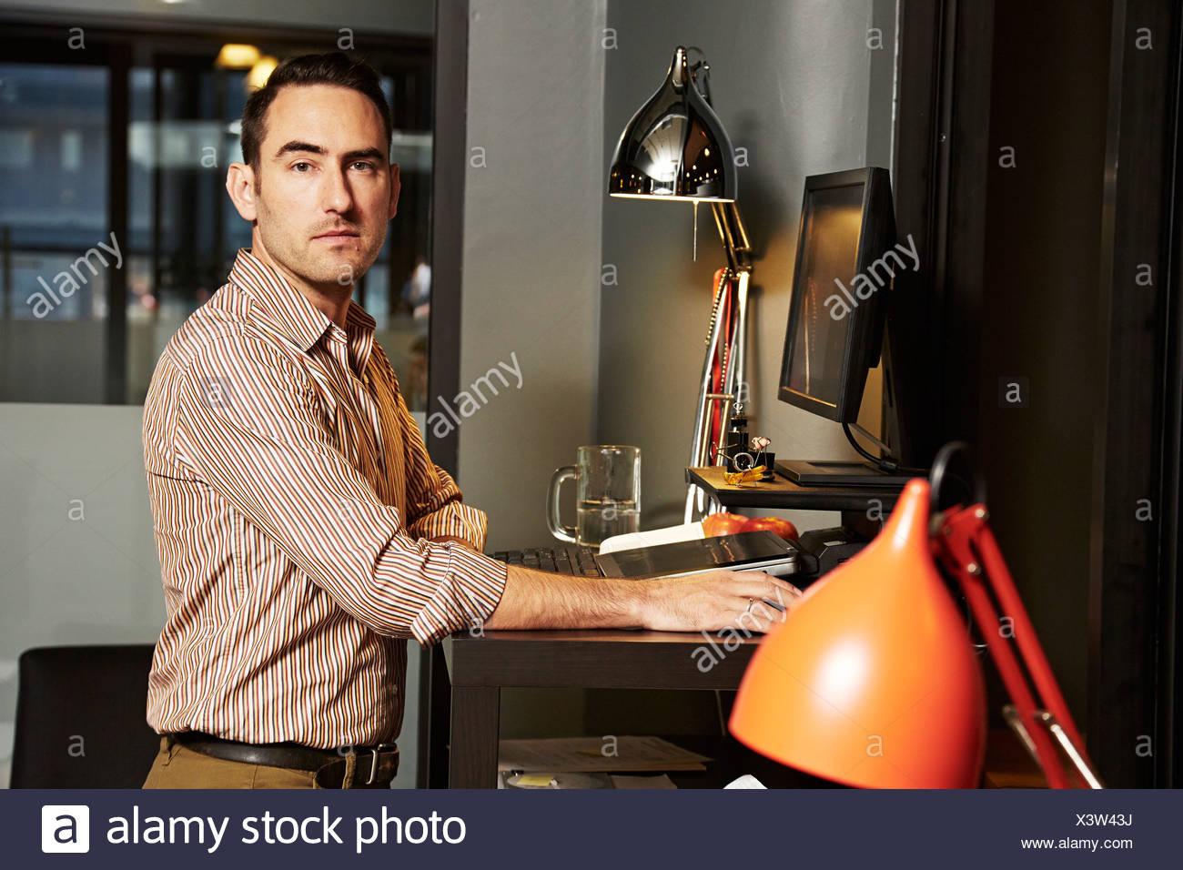 Porträt des Kaufmanns am Schreibtisch Stockbild