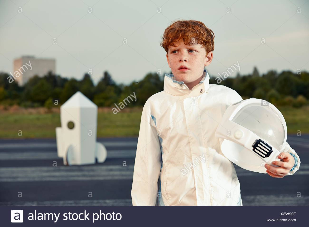 Rothaarige Junge verkleidet als Raumfahrer Stockbild