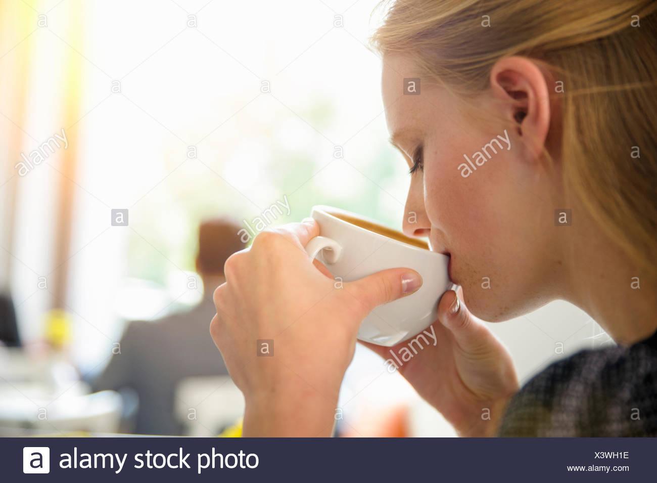 Junge Frau trinken Kaffee im Café, Nahaufnahme Stockbild