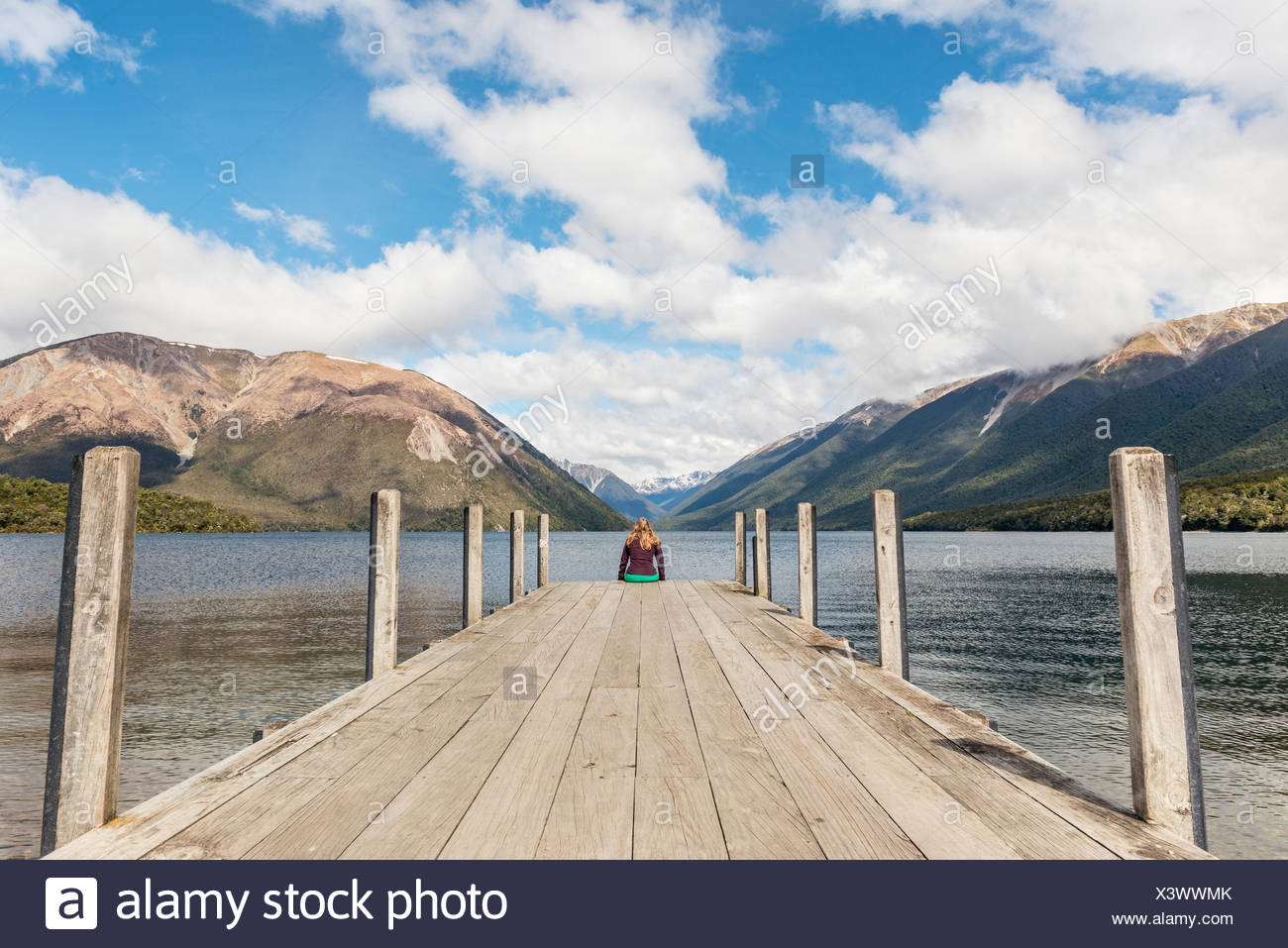 Frau sitzt auf der Anklagebank, Blick auf Lake Rotoiti, Nelson Lakes National Park, Tasman District, Southland, Neuseeland Stockbild