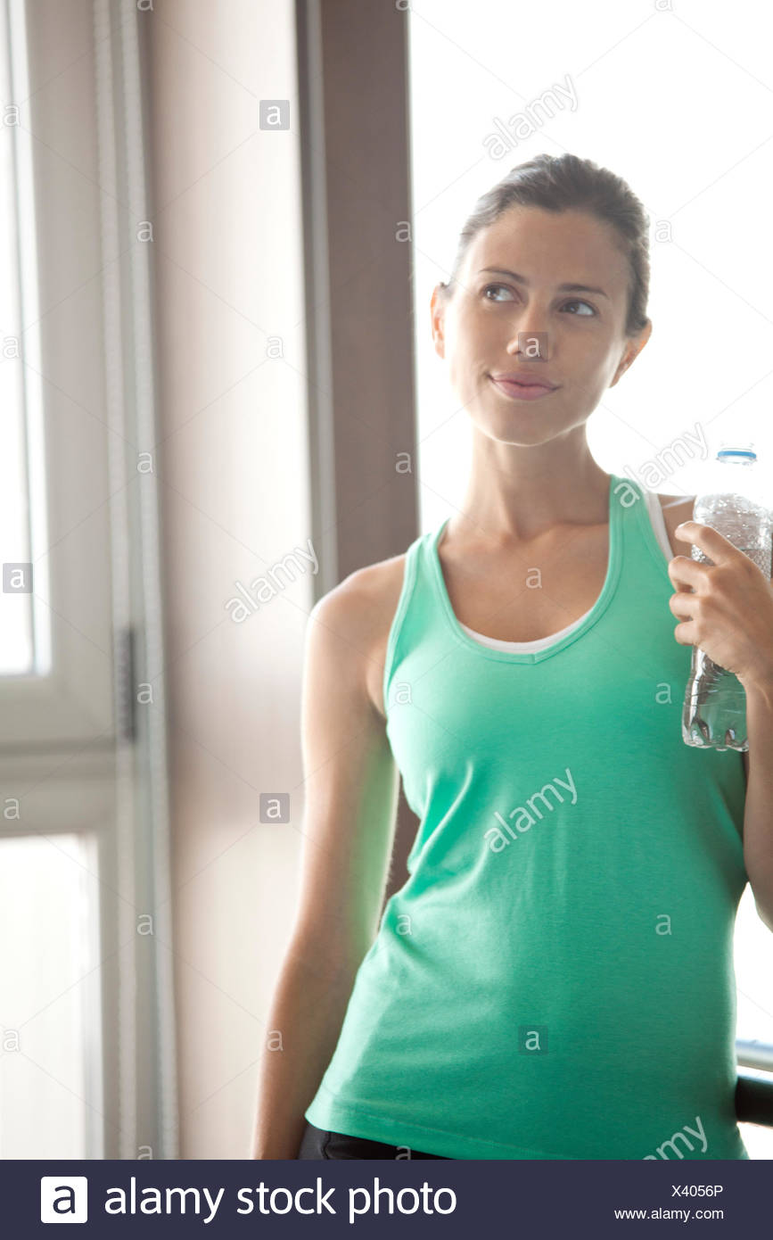 Frau mit Flasche Wasser entspannen Stockbild