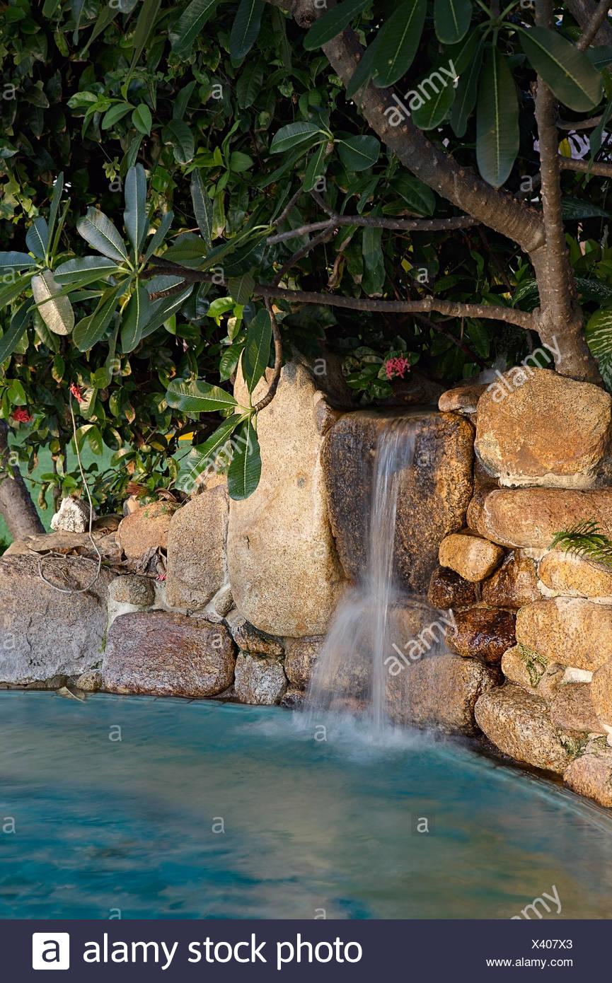 Garten Wasserfall mit Teich Stockfoto, Bild: 277830731 - Alamy