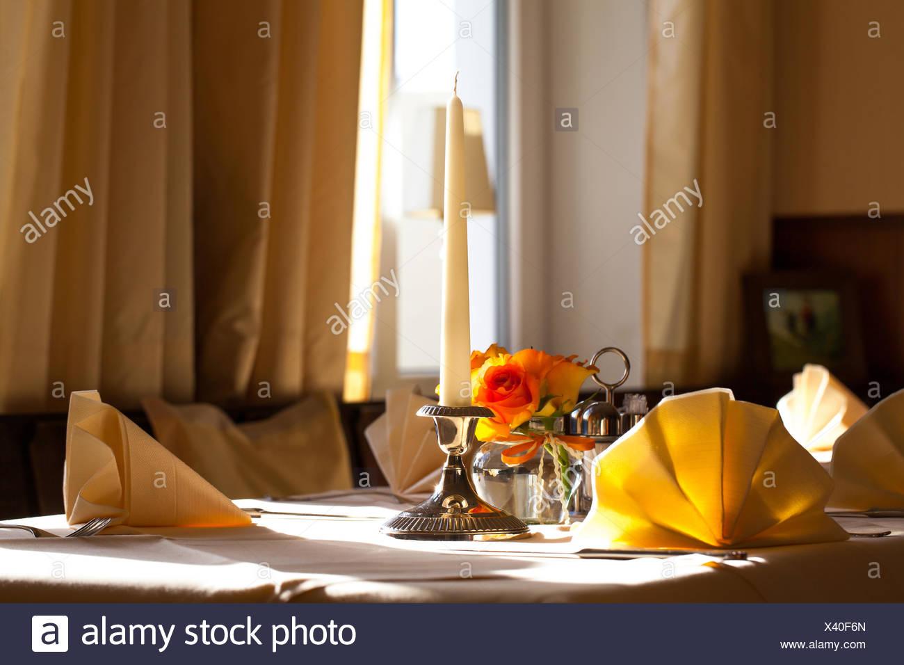 Gedeckten Tisch Mit Kerzen Und Blumen