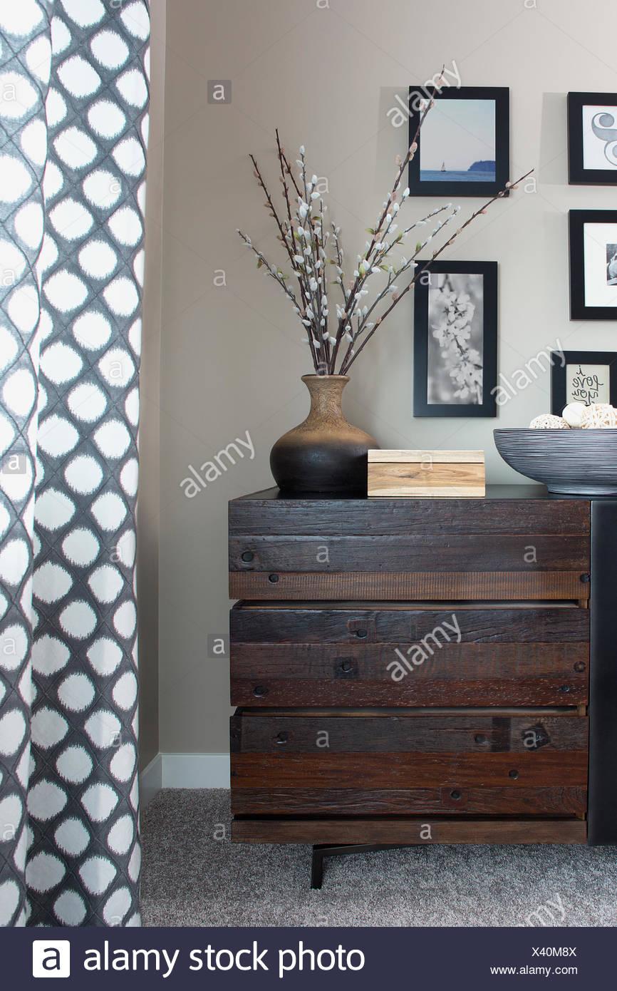 Hölzerne Kommode und Dekor im Schlafzimmer Stockbild