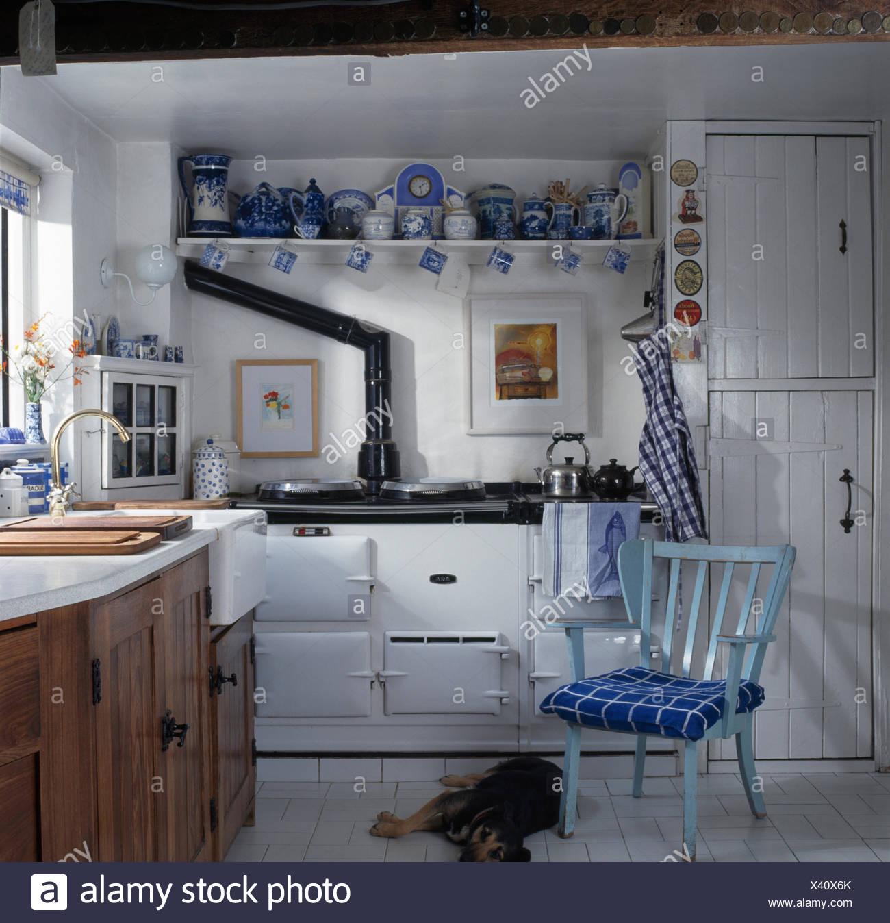Blassen Blauen Stuhl In Weissen Cottage Kuche Mit Einer Sammlung Von