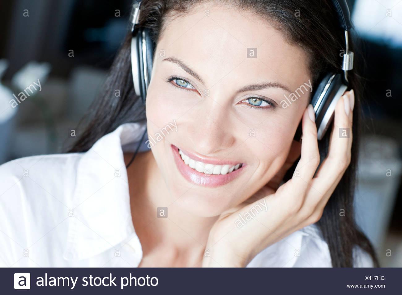 Anhören von Musik Stockbild
